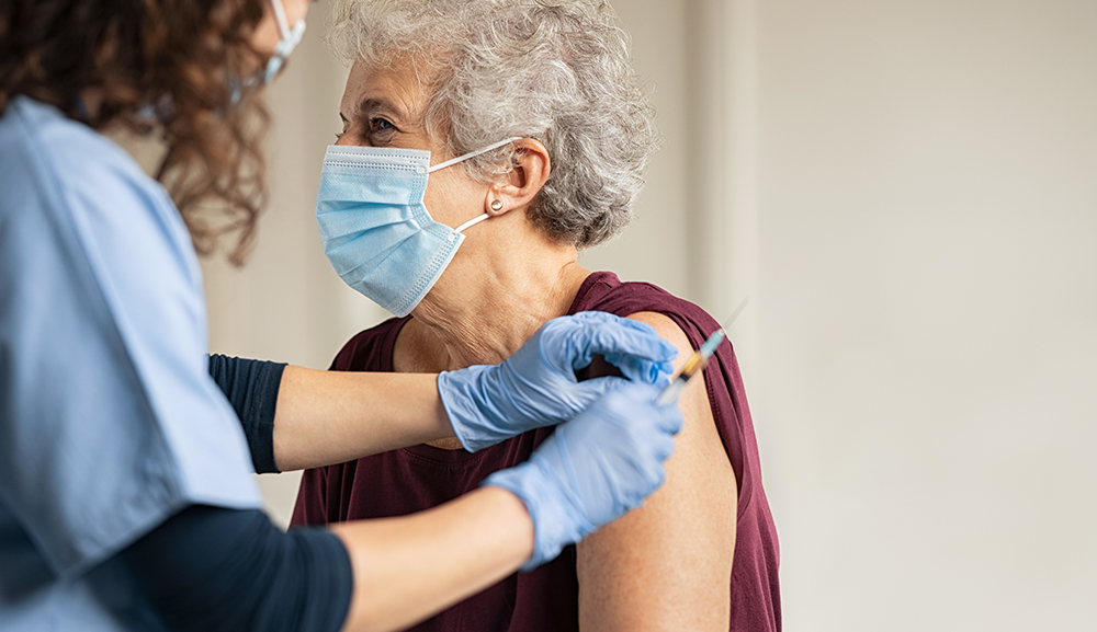 Ayudan a adultos mayores a registrarse para vacunación en Ocoyoacac