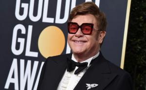 Elton John y Michael Caine se enfrentan por vacuna anti-Covid