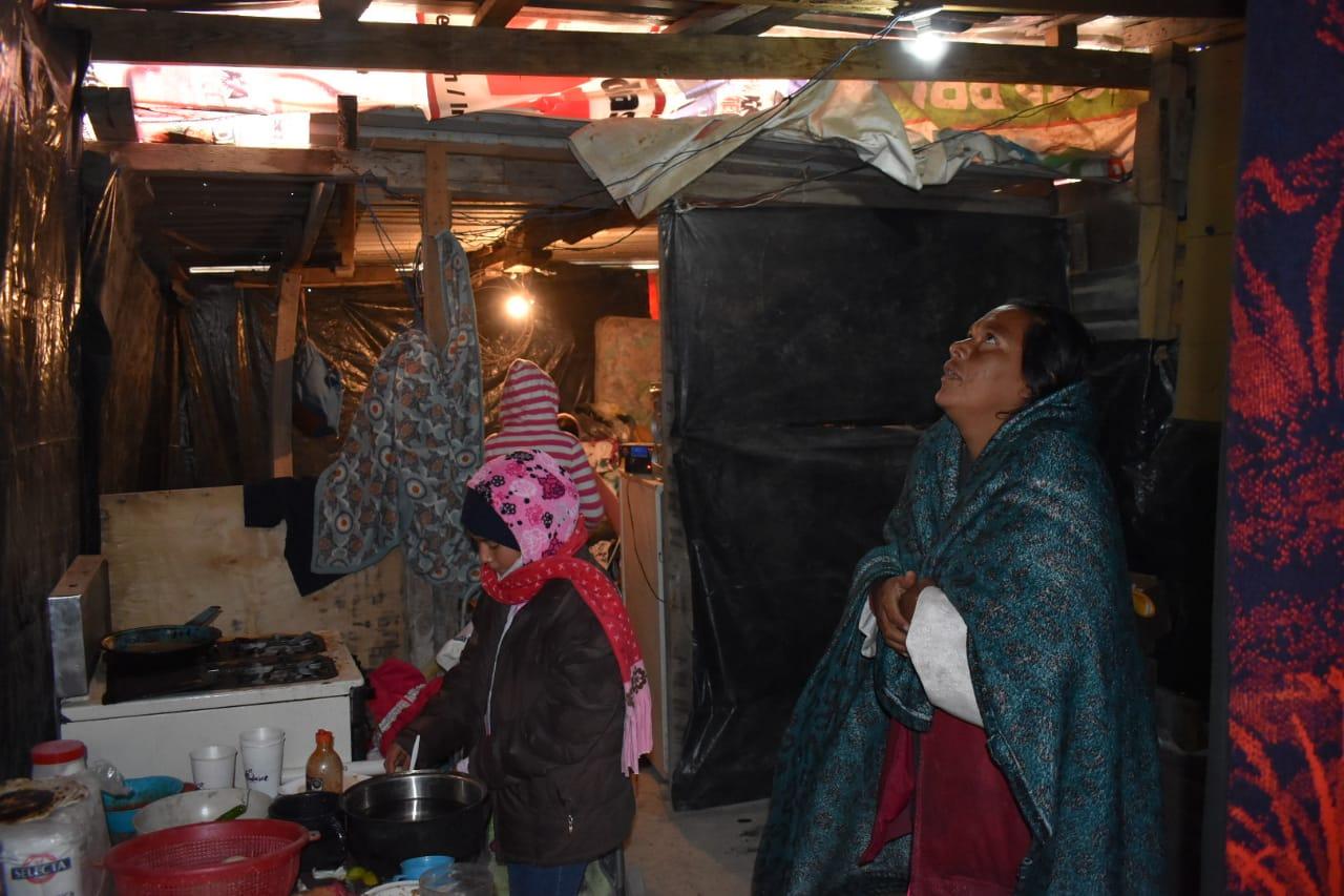 Familias de extrema pobreza en Monclova enfrentan fuerte frío