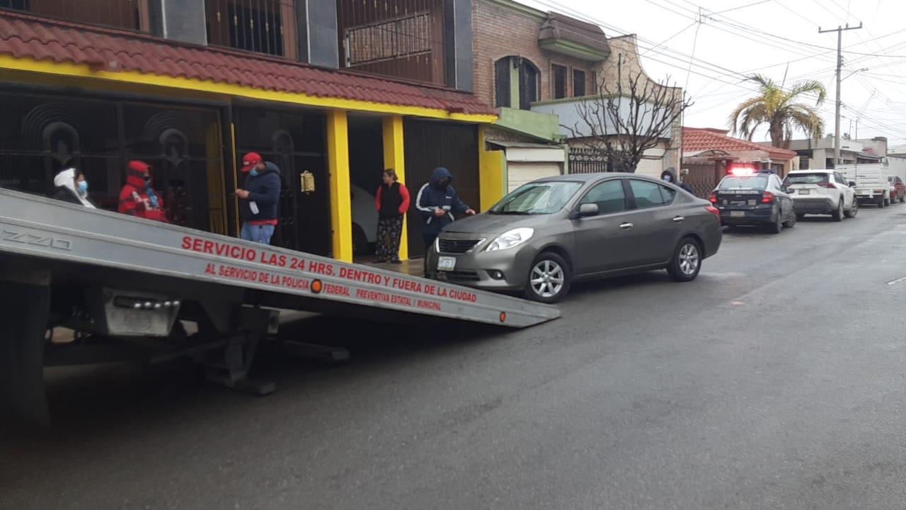 Se impacta automóvil contra una casa en Monclova