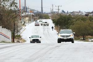 Decenas de vehículos en peligro por pavimentos congelados en Monclova