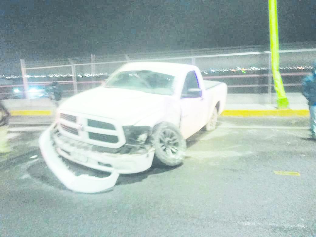 Derrapa camioneta en puente