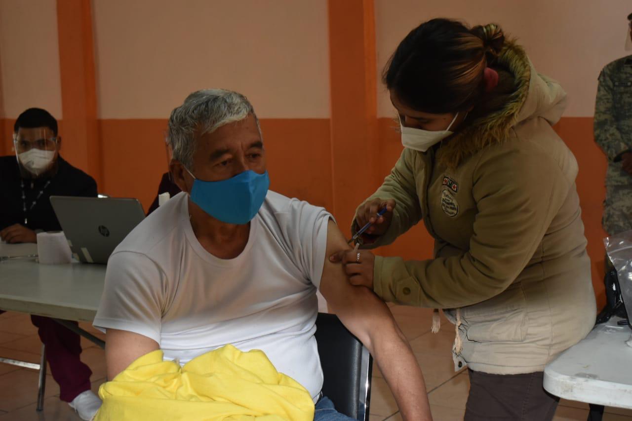 Aplican primeras vacunasCOVID-19 a adultos mayores