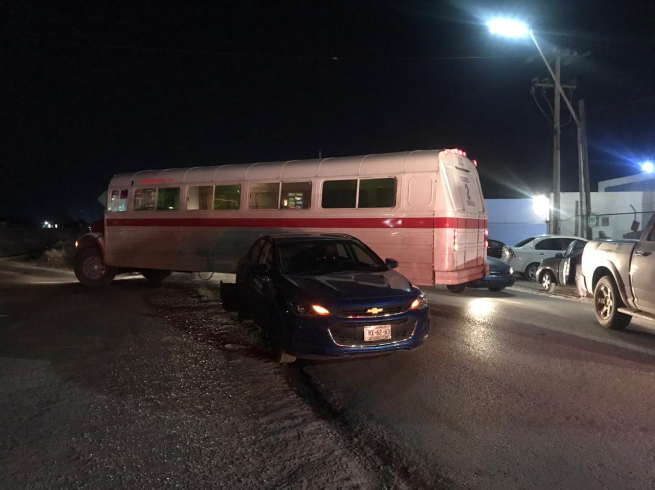 Camión de pasajeros quita derecho de vía