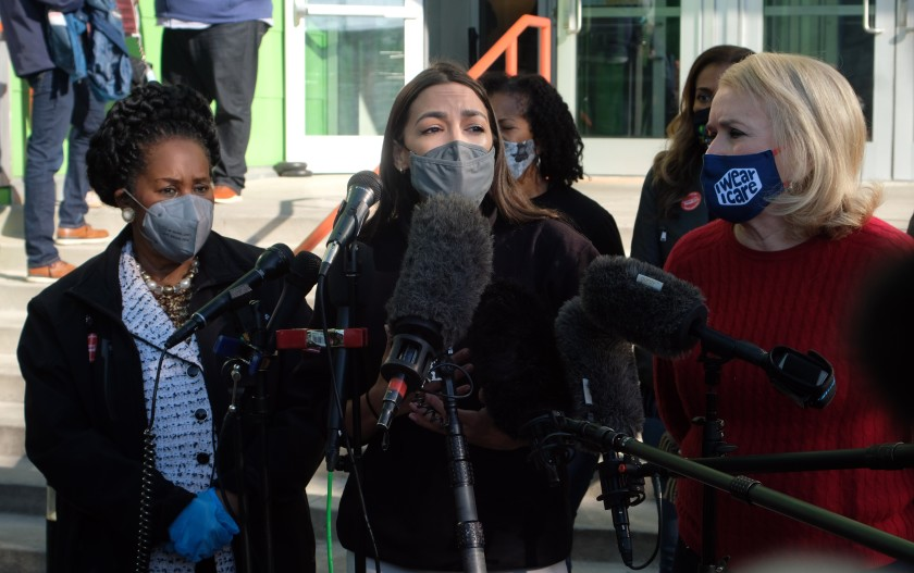 Ocasio-Cortez entrega 3.2 millones de dólares a damnificados en Texas