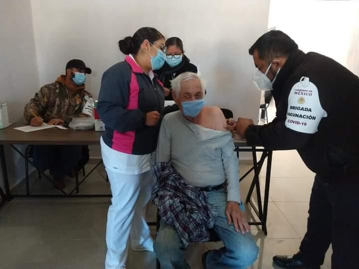 Adultos mayores rechazan vacuna contra el Covid-19