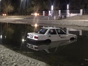 Cae taxi al Río Monclova en Monclova