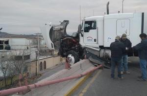 Tráiler que chocó autos no debió subir el puente en Castaños