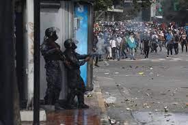 Policía dispersa con gases protesta en Asunción contra el Gobierno