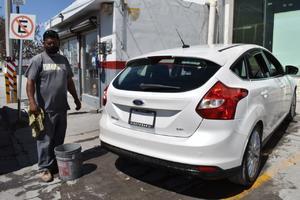 Sobreviven lavando coches de sol a sol en Frontera…. y apenas ganan para medio comer
