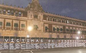 Convierten vallas del Palacio Nacional en memorial de víctimas de feminicidio