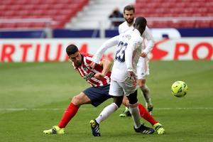 El Atlético perdona, el Madrid sobrevive