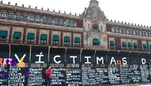 Valla frente a sede presidencial de México es convertida en 'muro de memoria'