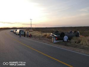 Vuelcan paisanos en la carretera a Progreso