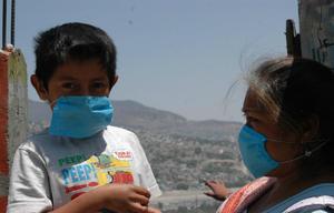 Exponen padres de familia a sus hijos al virus