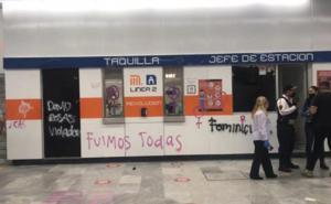 Encapuchadas causan destrozos en Metro Revolución