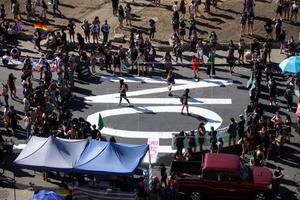 Policía dispersa con gases y agua la masiva marcha por el 8M en Chile