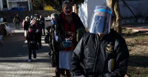 Con caos y confusión, inicia vacunación a adultos mayores en Pachuca