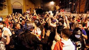 Noche de protesta en Asunción termina en conflicto frente al Partido Colorado