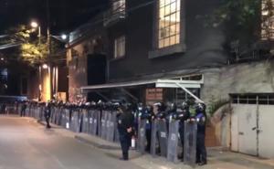 Derriban 'muralla' que resguardaba casa de Andrés Roemer