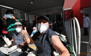 'Viva la vacuna', dice abuelita vacunada contra Covid-19 en Toluca