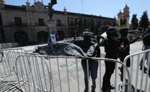 Feministas protestan en la plaza Mártires en Toluca