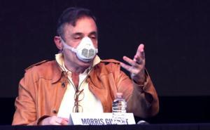 Reapertura de teatros pone nervioso a Morris Gilbert y se equivoca