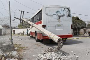 Camión de Las Flores arranca poste de Monclova