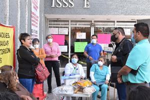 Refuerza dirigente sindical plantón de trabajadores en el ISSSTE de Monclova