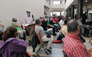Acusan venta de fichas a 10 pesos para vacunación antiCovid en Toluca