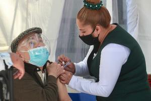 Alcalde espera 5 horas para recibir vacuna contra Covid-19