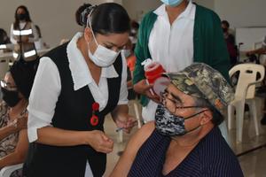Llega Vacuna china con 3 horas de atraso