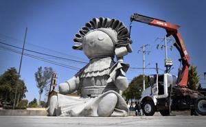 Pintan de colores la estatua gigante de Lele en Querétaro