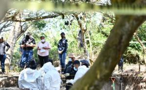 Ubican restos de 7 personas en fosa clandestina