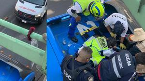 VIDEO: Rescatan a mujer que intentó suicidarse en poste