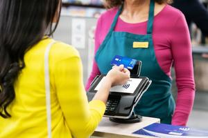 Tasa de tarjetas de crédito bajará 30%, anuncia Hacienda