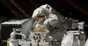 Dos astronautas realizan el quinto paseo espacial del año en la EEI