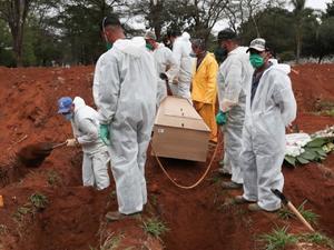 Media de muertes por covid en Brasil supera las 1,800 diarias por primera vez