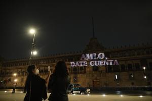 'AMLO, date cuenta', feministas proyectan mensaje en Palacio Nacional