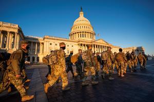 Detienen a dos hombres por muerte de agente durante asalto al Capitolio