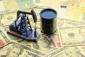 Petróleo de EU tiene su peor día desde abril pasado