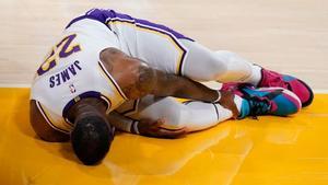 Hawks remonta y gana a Lakers