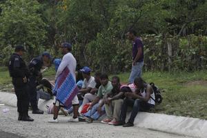 Detienen a 95 migrantes quecruzaron el país en un avión