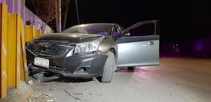Ebrio destroza su automóvil al chocar contra barda de AHMSA