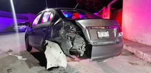 Vehículo estacionado sufre fuerte impacto en el fraccionamiento Del Valle en Monclova