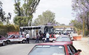 Con bloqueo carretero protestan normalistas de Oaxaca