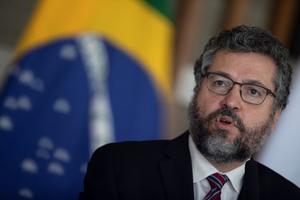 El canciller brasileño niega renuncia y dice que no lee a la prensa