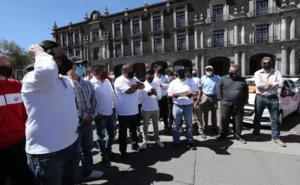 Conductores de aplicaciones se manifiestan en Plaza de Los Mártires
