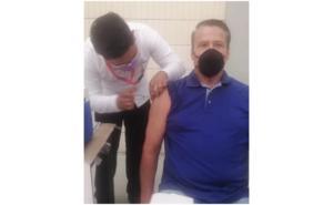 Alfredo Adame se aplica vacuna contra el Covid y no se ha sentido mal