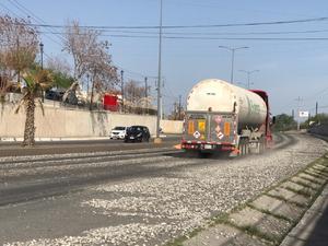 Automóviles derrapan con material de construcción derramado en la carretera 57 en Monclova